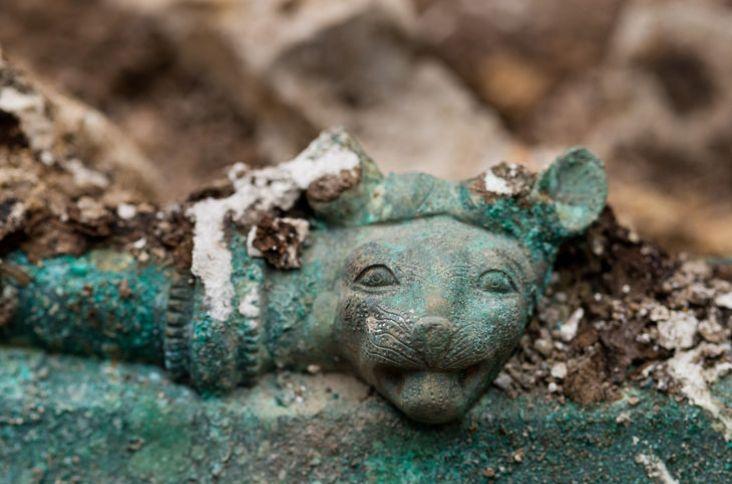 Tombe celte 03 des tetes de lionnes ornent l ouverture du